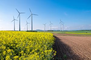Ein Ausbau von gasbasierten KWK-Systemen mit Wärmespeichern passt zum Ausbau der Stromerzeugung aus fluktuierenden Erneuerbaren Energien wie Windkraft.
