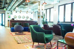 Ein Lounge-Bereich mit Bar und Sesseln.