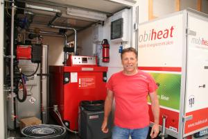 Wolfgang Sonntag und eine mobile Heizzentrale von mobiheat.