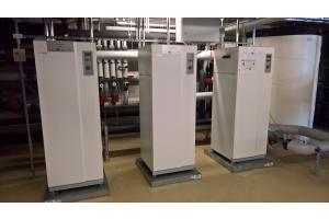 Drei Wärmepumpen von Nibe in einem Heiztechnikraum.
