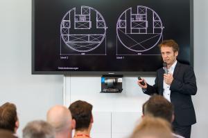 Ein Highlight des Tech-Days war der Vortrag von Holger Hinz, Mitglied des Managements von Werner Sobek und Projektleiter des thyssenkrupp-Testturms. Er lieferte spannende Hintergründe zur schwindelerregenden Architektur und zur hochkomplexen Gebäudetechnik des Turms.