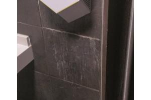 Geht aus Gründen der optischen Hygiene gar nicht: Händetrockner mit konstruktiv bedingten, eindeutigen Gebrauchsspuren an der fein gefliesten Wand…