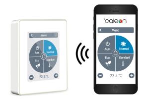 """""""CALEON Clima Smart""""-Thermostat neben einem Smartphone auf dem die Bedienungsapp angezeigt wird."""
