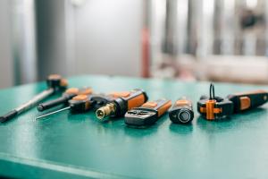 Verschiedene Werkzeuge und Geräte auf einem Tisch.