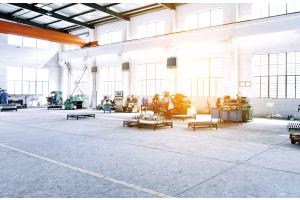 Lufterhitzer in einer Industriehalle.