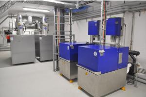 """Zwei KWK-Anlagen """"XRGI 20"""" in einem Heiztechnikraum."""