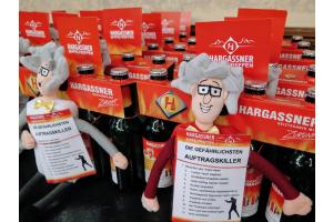 Hargassner-Bierflaschen mit dem Hargassner-Maskottchen und Verkaufstipps.