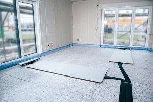 Bei der Kombination aus Flächentemperierung und kontrollierter Wohnraumlüftung dienen die Bodenpaneele als Nachheizregister und ermöglichen so eine hohe Behaglichkeit bei kurzen Reaktionszeiten.