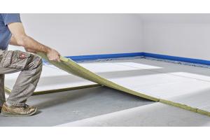 Hochwertige Verlegeplatten für Klettsysteme mit integrierter Mineralfaserdämmung sorgen für einen hohen Wärme- und trittschallschutz.