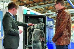IAV zeigte ein Mini-BHKW mit Dreizylinder Industriemotor. Der Prototyp erzeugt bis 5 kW elektrische und 13 kW thermische Leistung.