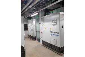 "Zwei ""Geozent Profi""-Energiezentralen in einem Technikraum."