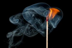 Ein brennendes Streichholz.