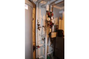 Ein Manometer misst den Druck am Rohrtrenner einer Heizungs- und Trinkwasserinstallation.