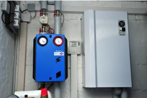 Ein Power-to-Heat-Elektroheizer und ein Wärmespeicher.