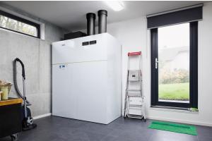 """Hauswirtschaftsräume bieten in aller Regel nur wenig Platz für die Installation. Deswegen ist es besonders wichtig, dass bei """"All-in-one""""-Wärmepumpen seitlich kein Wartungsabstand eingehalten werden muss, sondern der Raum direkt mit Inventar des Nutzers belegt werden kann."""