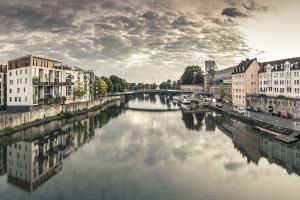 Ein Fluss, der durch ein Wohngebiet führt.