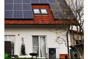 Ein Haus mit einer Photovoltaik-Anlage auf dem Dach.