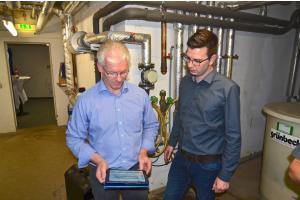 Volker Schwarting und David Plaggenborg in einem Heiztechnikraum.