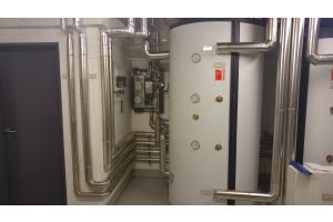 """""""LogoFresh""""-Frischwasserstationen und Heizungspufferspeicher in einem Technikraum."""