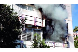 Ein Brand in einem Gebäude mit starker Rauchentwicklung.