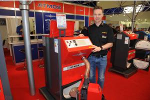 """Der Kompakt-Pelletkessel Atmos """"PX 10"""" und Atmos-Geschäftsführer Michael Rentsch."""