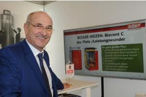 Alfred Eder an einem Messestand der Eder GmbH.
