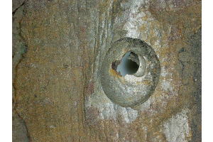 Lochkorrosiver Angriff von Sauerstoff an einer Kesselwand aus Schwarzstahl – mit Wanddurchbruch.