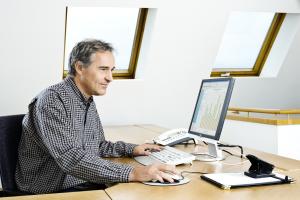 Ein Nutzer wendet die kaufmännische Software an.