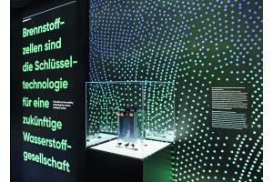 Eine Brennstoffzelle in einem Glaskasten auf einer Ausstellung.