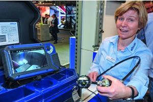 Eine Frau demonstriert die Funktionsweise eines Videoinspektionssystems.