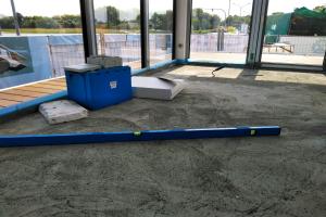 Unterbau einer Fußbodenheizung auf einem Hausboot.