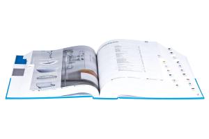 Ein aufgeschlagener Katalog mit Bildern von Badmöbeln.