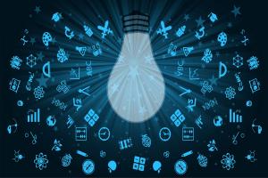 Eine Glühbirne, überlagert von verschiedenen Symbolen auf blauem Hintergrund.
