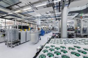 In dem nach LEED-Standard Gold-zertifizierten Produktionsgebäude sind 5.500 Datenpunkte an das Gebäudeautomationssystem angeschlossen.