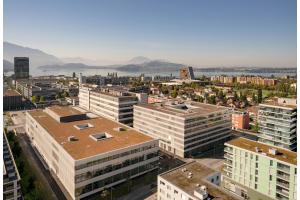 """In den Neubauten auf dem """"Siemens Campus Zug""""  werden der Energieverbrauch und die gesamte Gebäudetechnik über ein integriertes Gebäudeautomationssystem  nachhaltig gesteuert."""