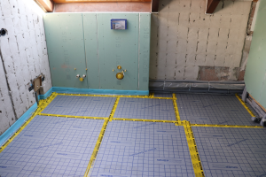 Raum mit Folie für das Aufbringen einer Fußbodenheizung.