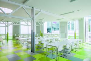 Gipskartondecken von Zehnder sorgen heute im auf knapp 600 m² vergrößerten Gästebereich der Offenburger Hochschulmensa für eine effiziente und zugluftfreie Wärme.