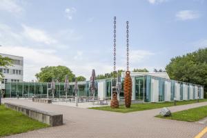 Die Hochschule Offenburg besitzt seit 1983 eine campuseigene Mensa. Gut 30 Jahre steigenden Zulaufs später, waren die Kapazitäten des Mensagebäudes so weit ausgelastet, dass die Hochschule eine weitreichende Erweiterung und Sanierung der Räumlichkeiten veranlasste.