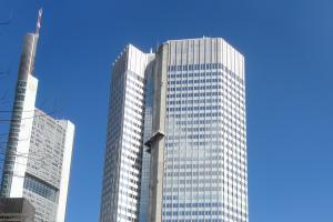Blick auf ein Wahrzeichen der internationalen Finanzwelt: Mit einer Höhe von 141m zählt der Eurotower zu den markanten Blickfängen der Frankfurter Skyline. Nach einer Komplettrevision der Heiz- und Kühlanlage verfügt der Sitz der Europäischen Bankenaufsicht heute über ein hochleistungsfähiges Hydrauliksystem des Vorarlberger Entwicklers Zortea.