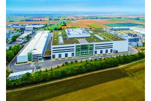 Festo-Standort in Scharnhausen: Die 2011 geplante Technologiefabrik gilt heute als Vorzeigeobjekt der Industrie 4.0. In dem komplett vernetzten, 22 m hohen Gebäude arbeiten 1.200 Mitarbeiter auf vier Ebenen. 28 km Rohrleitungen umfasst allein die thermische Infrastruktur.