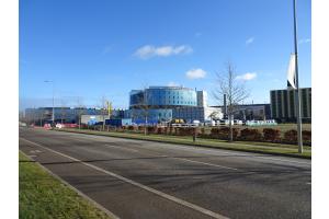 Außenansicht des New Royal Papworth Hospital in Cambridge/UK. In diesem Frühjahr bezog die renommierte Fachklinik für Herz- und Lungentransplantationen ihren neuen Sitz am Cambridge Biomedical Campus, nur wenige Kilometer vom bisherigen Standort entfernt.