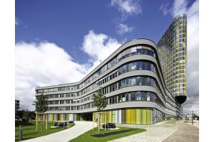 In Gebäuden mit großflächigen Fensterfronten eignen sich Unterflursysteme aufgrund ihrer besonderen Eigenschaften optimal zur wirksamen Abschirmung von Kaltlufteinfall.
