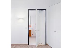 Die Küffner-Raumspartür lässt sich mit jeder Türzarge kombinieren. Das Türblatt faltet sich beim Öffnen und schafft Raum.