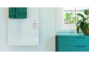 Ein Badezimmer mit einem Design-Heizkörper an der Wand.