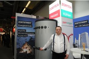 """Ein Mann steht vor einer """"Zortström MH1000""""-Energiezentrale."""