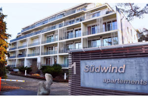 """im Jahr 2005 entstand für die Eigentümergemeinschaft """"ETG Südwind"""" ein Appartement-Komplex mit 46 Wohneinheiten in Zempin/ Usedom. Zu den energie-intensiven Attraktionen zählen hier ein eigenes Hallenbad und Fitnessräume. 2016 wurden für das Objekt ein Sanierungsplan sowie eine Kostenschätzung erarbeitet. im Jahr 2017 startete dann der Umbau der Heizungsanlage – basierend im Wesentlichen auf einer neuen KWK-Anlage."""