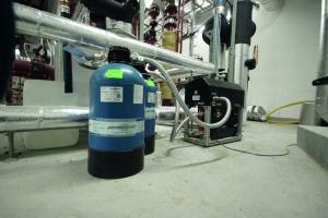 """""""permaLine""""-Gerät zur Heizungswasseraufbereitung in einem Technikraum."""