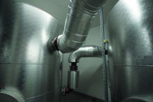 Um das Umlaufwasser gemäß den Vorgaben der VDI-Richtlinie 2035 einzustellen, musste bei der Heizungsinbetriebnahme im Jabee-Tower ein Anlagevolumen von gut 28 m3 aufbereitet werden. Zwei Speicher fassen dabei jeweils 4000 Liter, im Rohrsystem sind weitere 19.969 Liter im Umlauf.