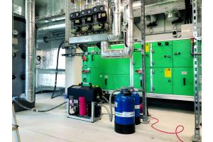Das Heizsystem des Jabee-Towers wird rein über Wärmepumpen betrieben. Neben Fußbodenheizungen in allen Wohnungen gibt es natürlich auch ein Kälte- und Klimasystem. Auf Grund der extremen Höhe des Objekts mussten bei der Inbetriebnahme verschiedene Druckzonen berücksichtigt werden.