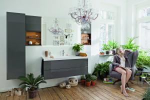 """Das Bild zeigt ein Badezimmer, das mit der """"Conceptwall""""-Sreie von Burgbad ausgestattet ist."""